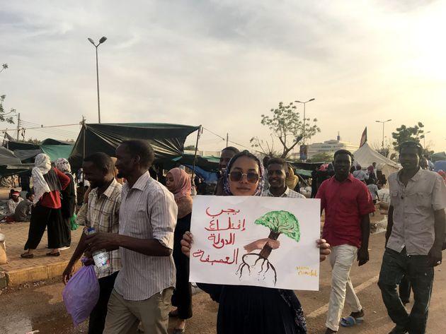 수단 시위대는 민간 과도정부 수립을 요구하며 수도하르툼에 위치한 국방부 앞에서 시위를 계속하고 있다. 2019년