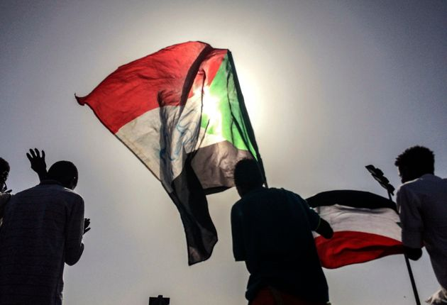 민간 과도정부 수립을 요구하는 수단 시민들이 국기를 흔들고 있다. 수단, 하르툼. 2019년