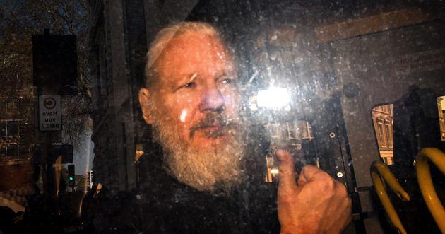 Julian Assange, le fondateur de Wikileaks, lors de son apparition au tribunal à la suite de son...
