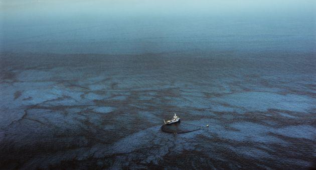 Μεγάλοι πληθυσμοί πετρελαιοφάγων βακτηρίων ανακαλύφθηκαν στην Τάφρο των