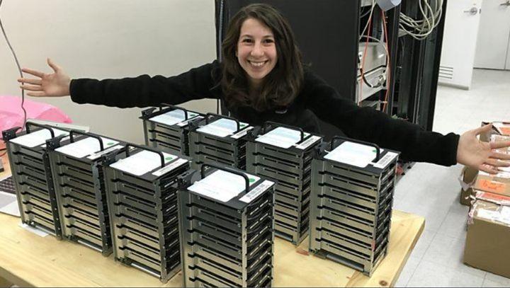 Katie Bouman et les dizaines de disques durs sur lesquels sont stockés les images du trou noir.
