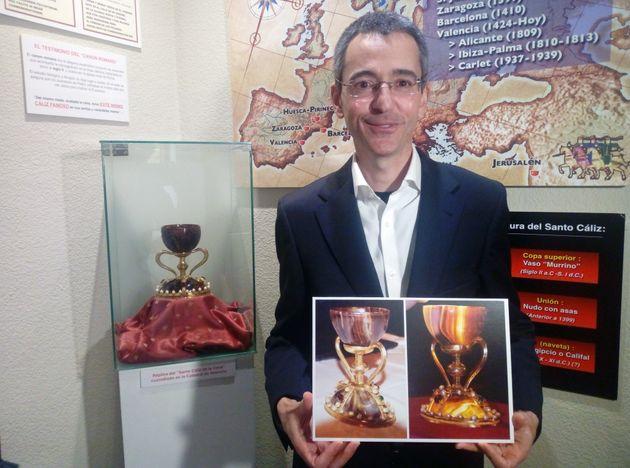 El investigador de la Universidad Politécnica deValencia Manuel Zarco, con varios documentos...