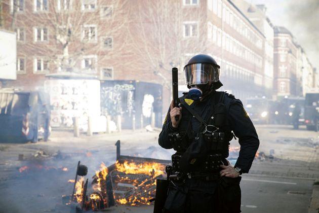 Un officier de police danois monte la garde lors d'une agitation à la suite d'une manifestation...