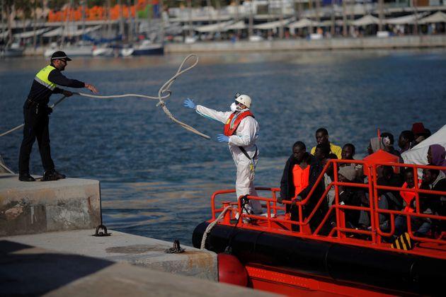 Les migrants, qui font partie d'un groupe intercepté à bord d'un bateau de fortune au large...