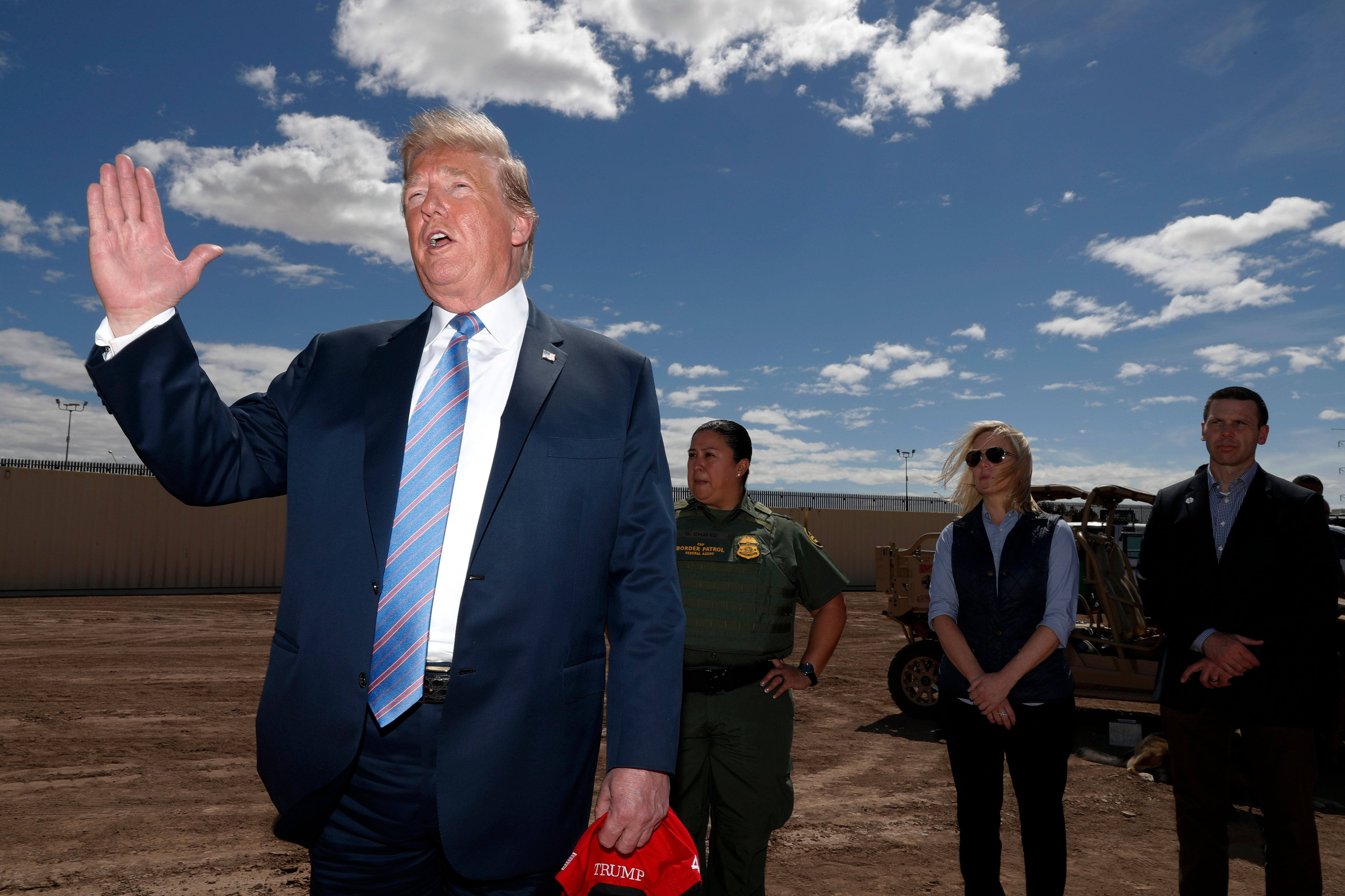 트럼프가 미등록 이민자들을 '피난처 도시'로 보내겠다고