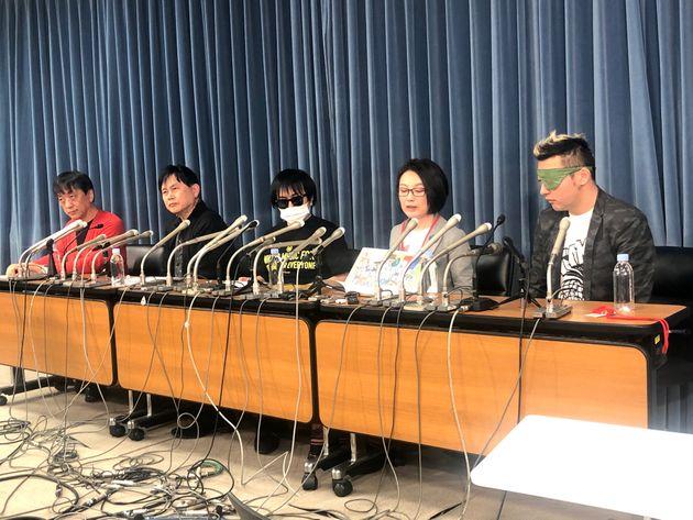 記者会見する首都大学東京教授の宮台真司さん、ミュージシャンの巻上公一さん、発起人のかがりはるきさん、永田夏来さん、ミュージシャンのダースレイダーさん