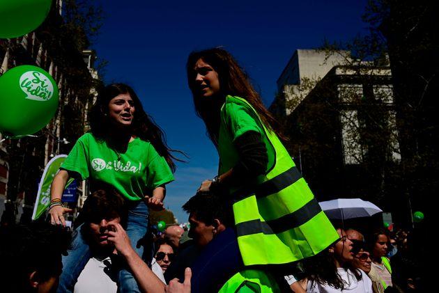 Dos jóvenes españolas en una manifestación a favor del