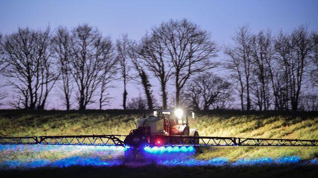 Un agriculteur français installé dans la Sarthe en train de vaporiser du glyphosate sur...