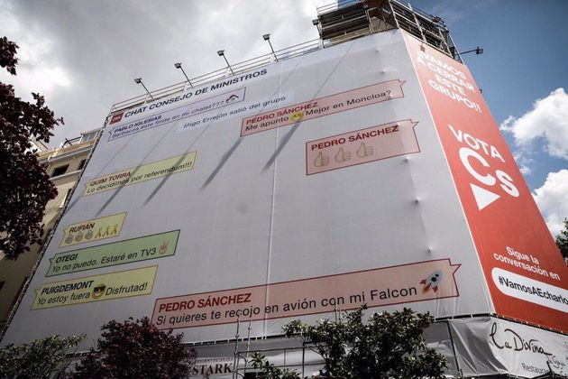La lona colgada por Ciudadanos, en la calle Goya de