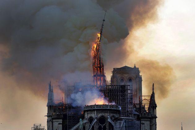 La imagen que siempre recordaremos: así cayó la aguja central de Notre Dame en