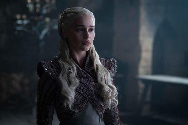 Daenerys Targaryen (Emilia Clarke) chega a Winterfell, e a série se transforma em um