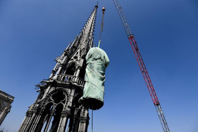 Les statues de la flèche de Notre-Dame de Paris ont été déposées au...