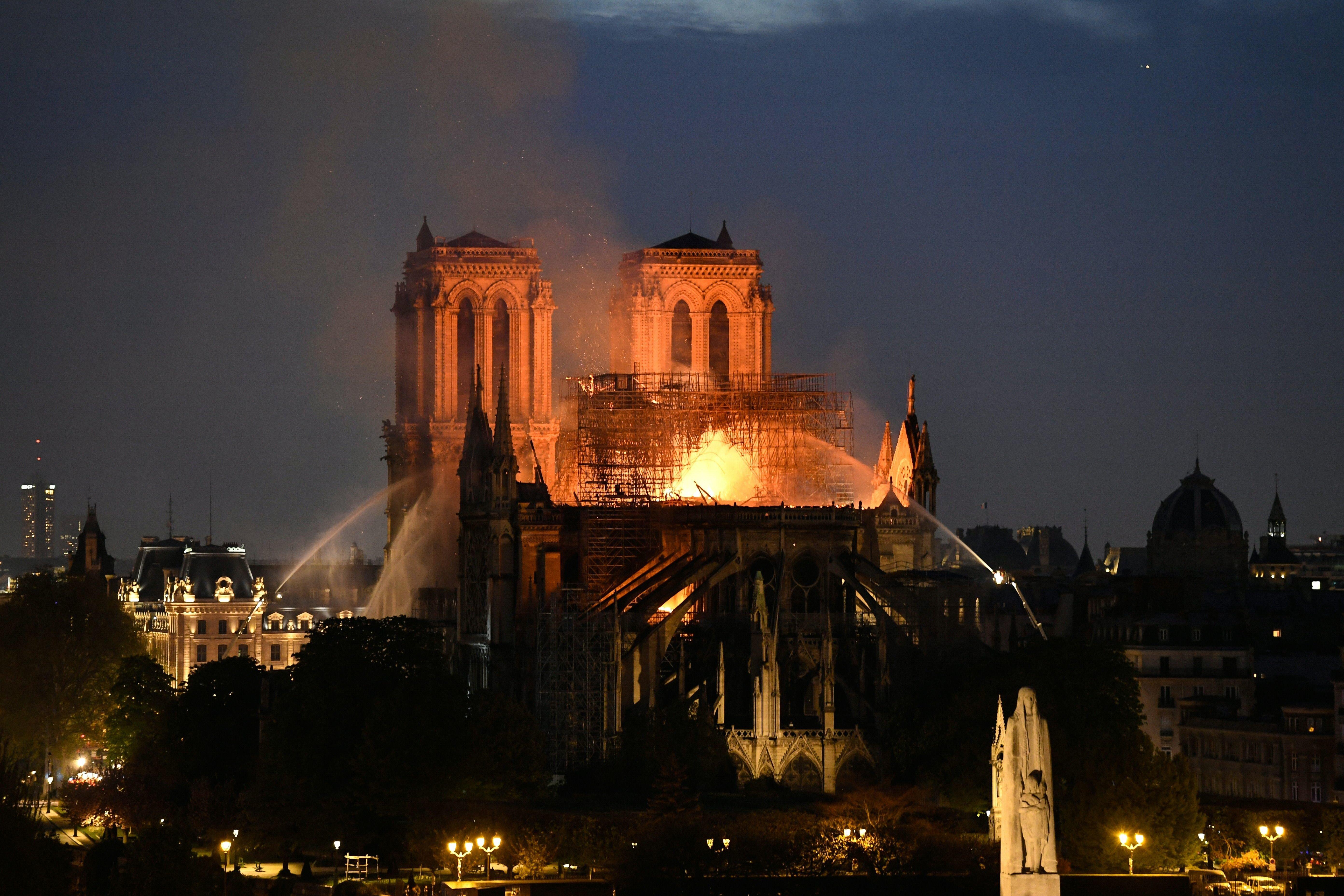 Les images de l'impressionnant incendie de la cathédrale de Notre Dame de