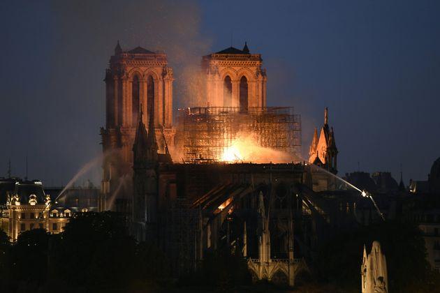 Dans les flammes, Notre-Dame vacille sous les yeux de la