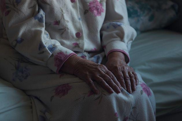 Manos de una mujer mayor en una