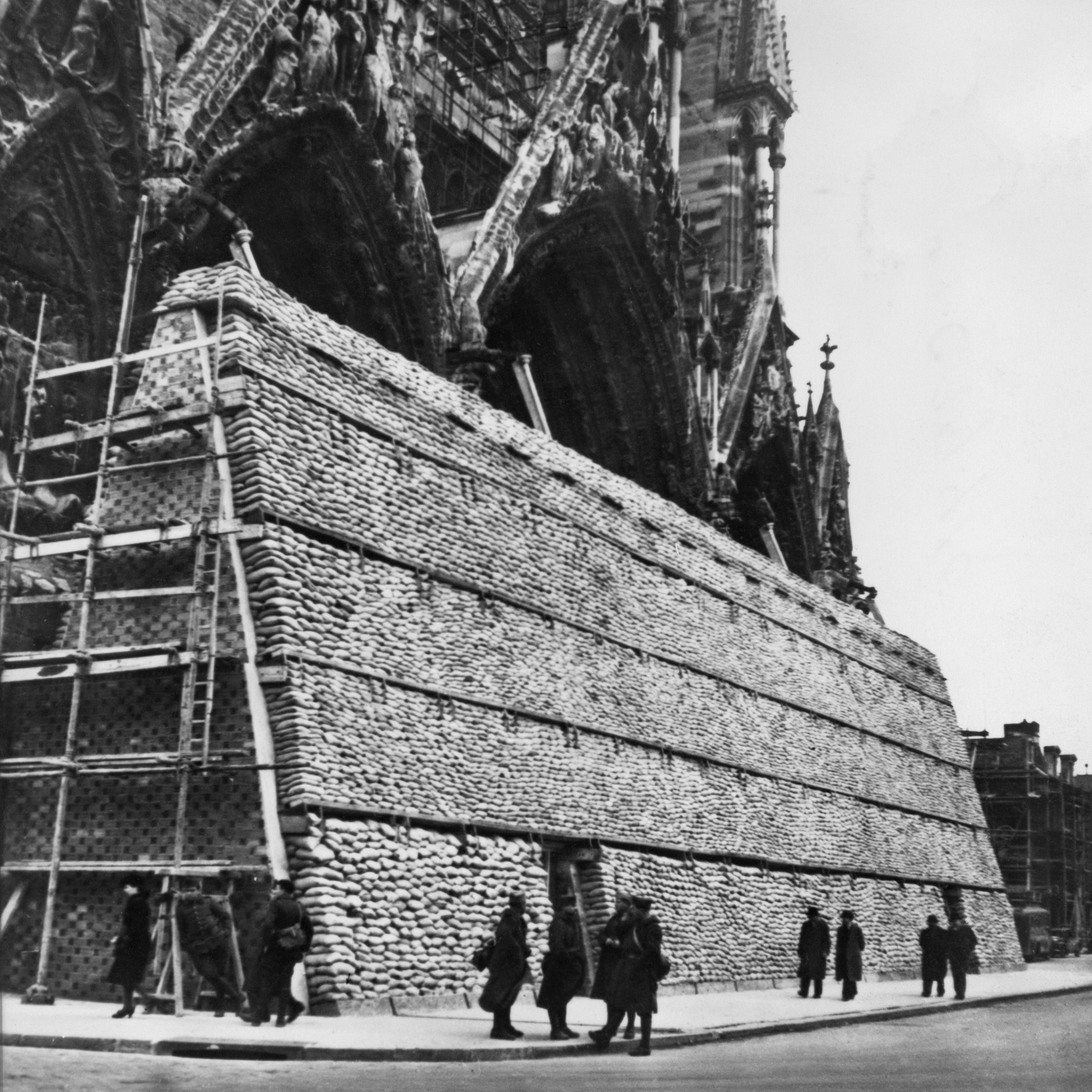 Bien avant Notre-Dame de Paris, la Cathédrale de Reims a été quasi-entièrement...