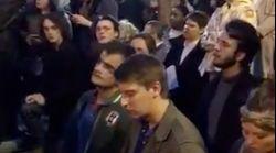 VÍDEO: Decenas de personas entonan el 'Ave María' mientras ven arder Notre