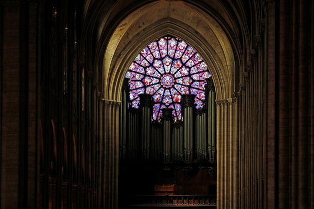 Uma das rosáceas de vitrais da catedral de Notre Dame, antes do