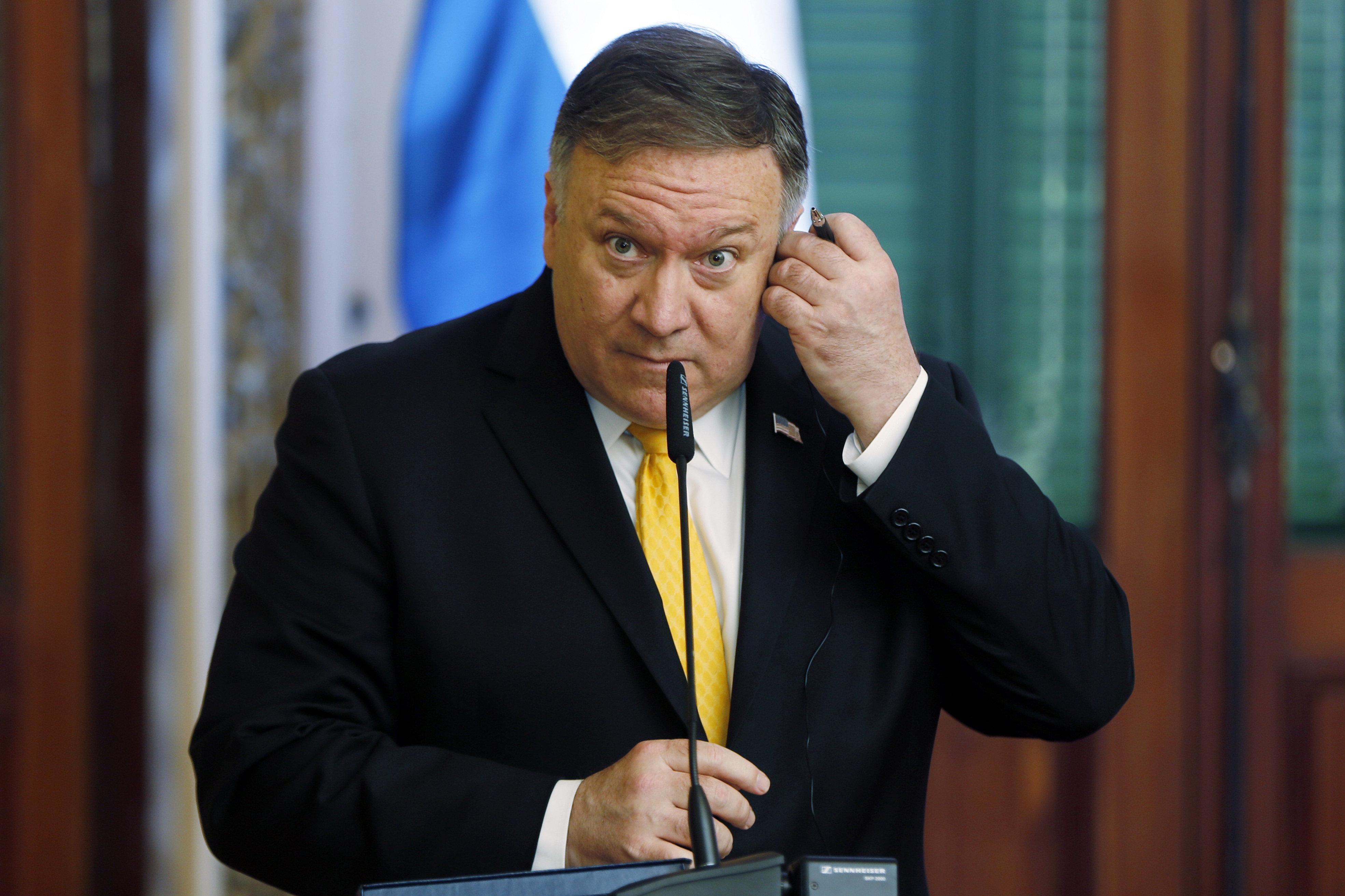 El secretario de Estado estadounidense Mike Pompeo ofrece una conferencia de prensa junto con el canciller paraguayo Luis Castiglioni, fuera del cuadro, en el Palacio López de Asunción, Paraguay, el sábado 13 de abril de 2019. (AP Foto/Jorge Sáenz)