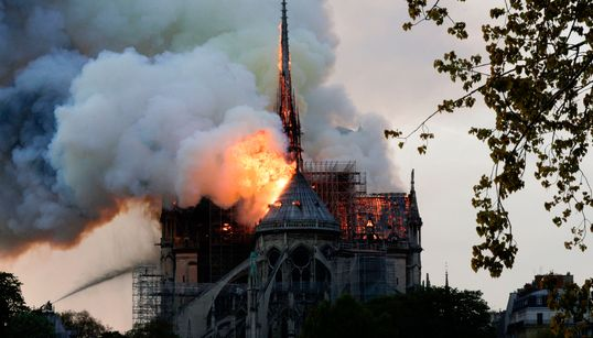 화염에 휩싸인 파리 노트르담 대성당 화재