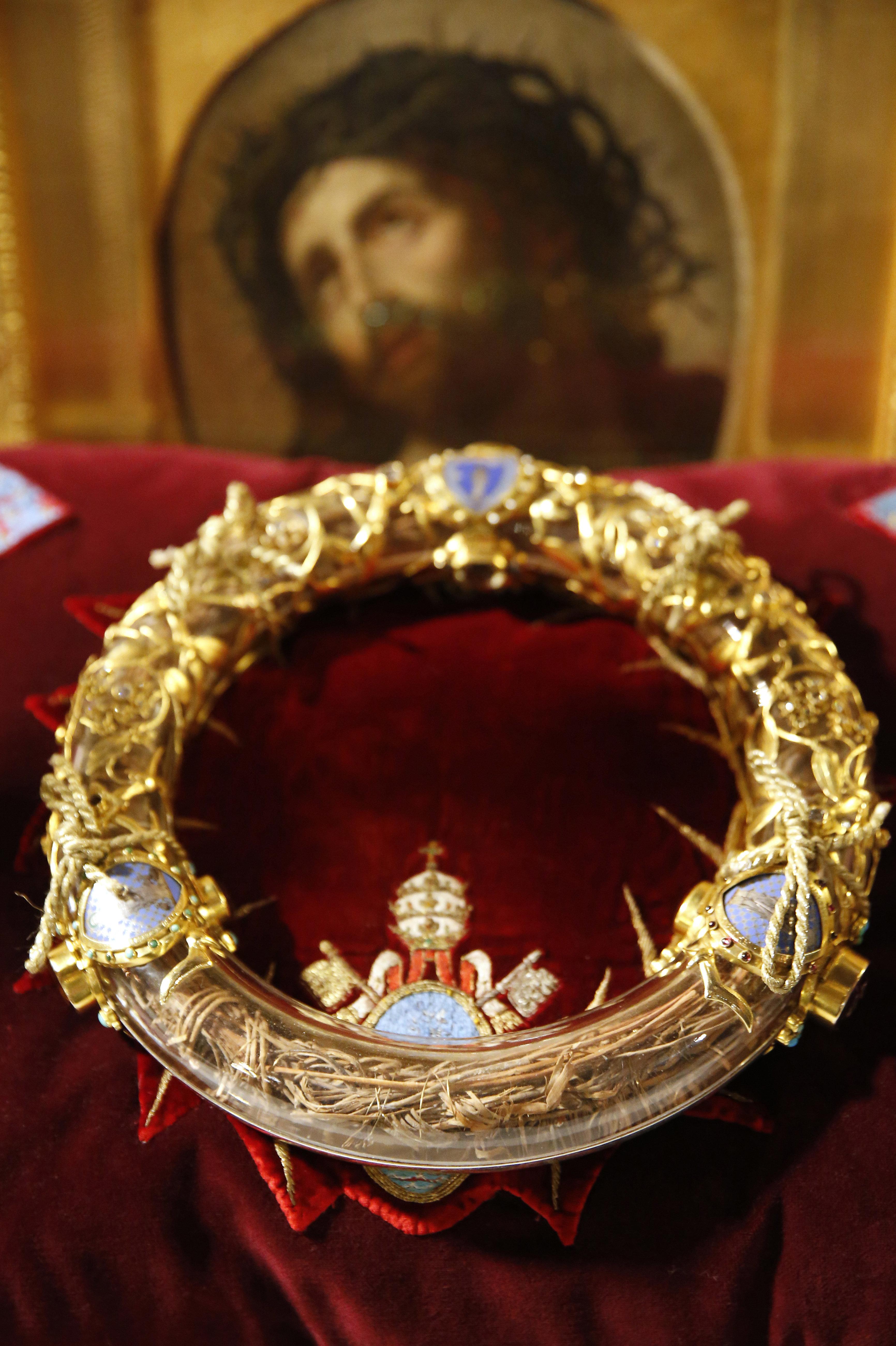 ノートルダム大聖堂に保管されている、聖遺物「いばらの冠」。イエスは十字架を背負い、イバラの冠をかぶってゴルゴタの丘まで歩かされたのちに処刑にあったため、この冠は受難の意に用いられている。
