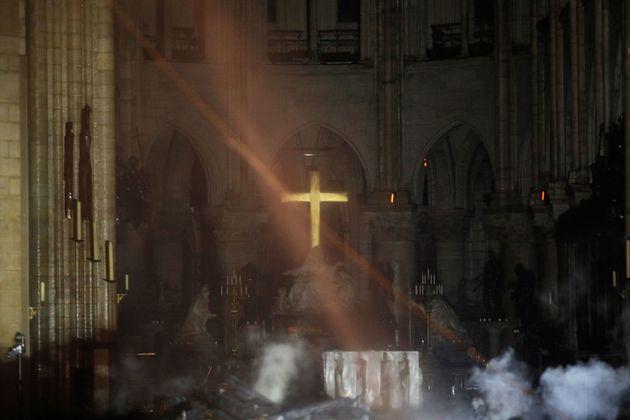 祭壇と十字架の前には煙が上がっている。