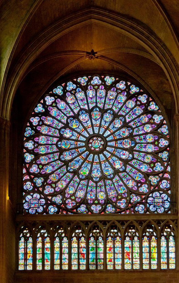 ノートルダム大聖堂にある薔薇窓のステンドグラス。