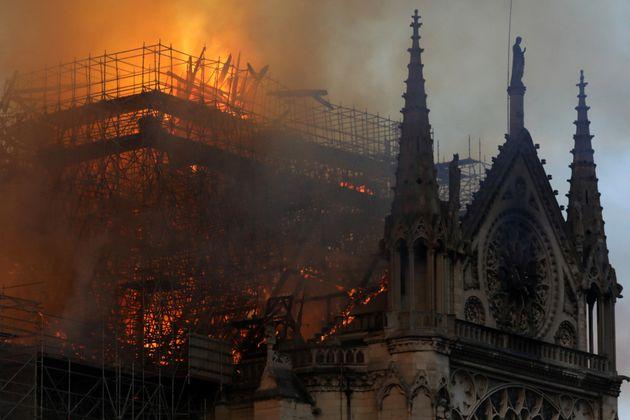 Controlado el terrible incendio de la catedral de Notre