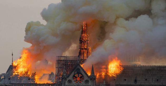 Ο Τραμπ είπε στους Γάλλους πώς να σβήσουν τη φωτιά στην Παναγία των Παρισίων και αυτοί του απάντησαν...