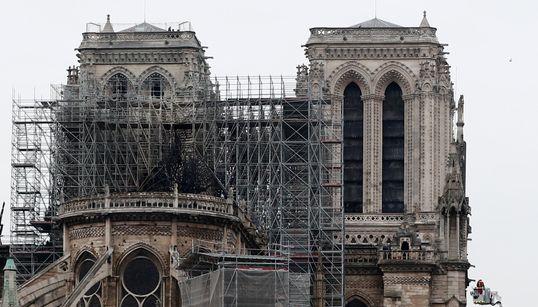 """Notre-Dame de Paris, défigurée mais encore debout, sera """"rebâtie"""" promet"""