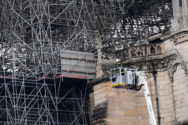 Los bomberos dan por extinguido el fuego que ha devorado Notre