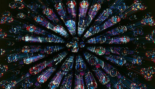 Les trois rosaces monumentales de Notre-Dame de Paris ont survécu au brasier causé par...
