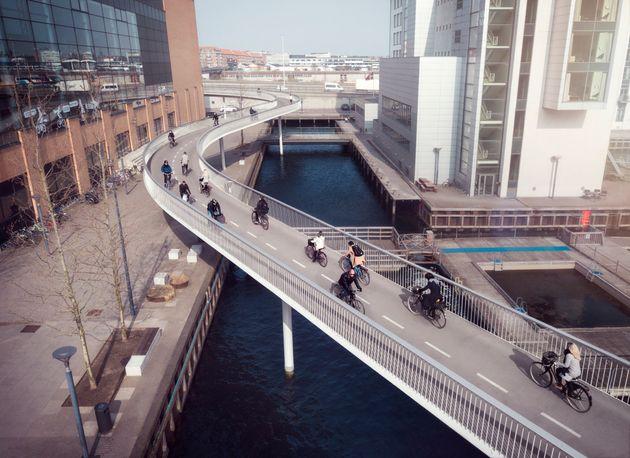 덴마크 코펜하겐 거리를 달리는