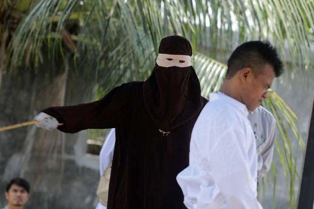 Ινδονησία: Το πλήθος αποθέωσε το δημόσιο μαστίγωμα γυναίκας που έκανε σεξ πριν το