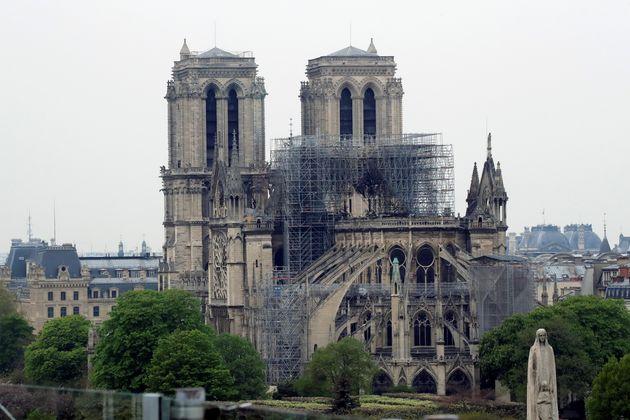 O telhado da catedral foi completamente consumido pelo fogo. A torre que ficava ao centro desmoronou...