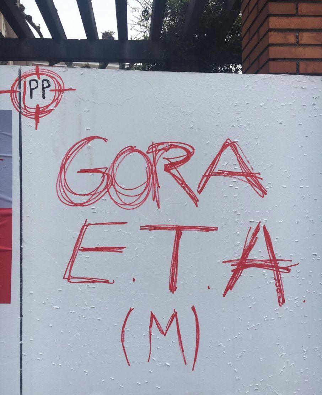 Aparecen pintadas contra el PP, que aparece en una diana, y a favor de ETA, en Erandio