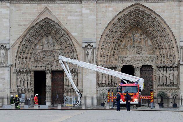 Así salvó las reliquias de Notre Dame el padre Fournier, el cura que ya es calificado como