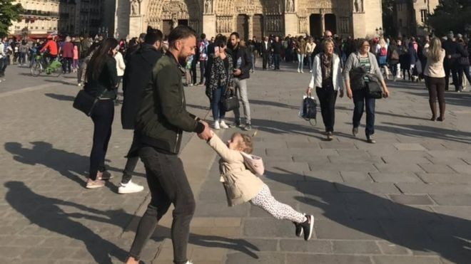 Γιατί όλοι ψάχνουν τον άντρα με το κοριτσάκι της φωτογραφίας έξω από την Παναγία των