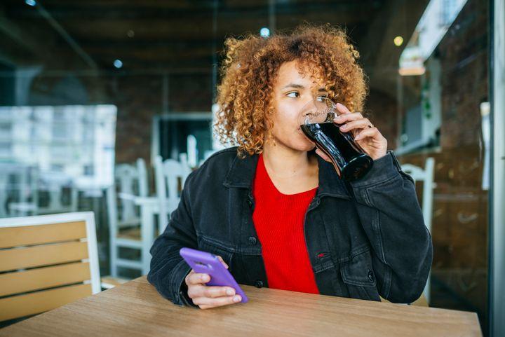 Refrigerantes de cola também contêm cafeína.