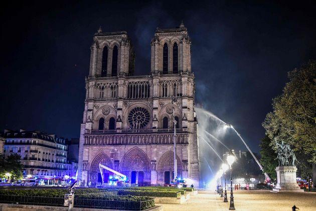 Internet se vuelca con la búsqueda de un padre y una niña que fueron fotografiados en Notre Dame antes...