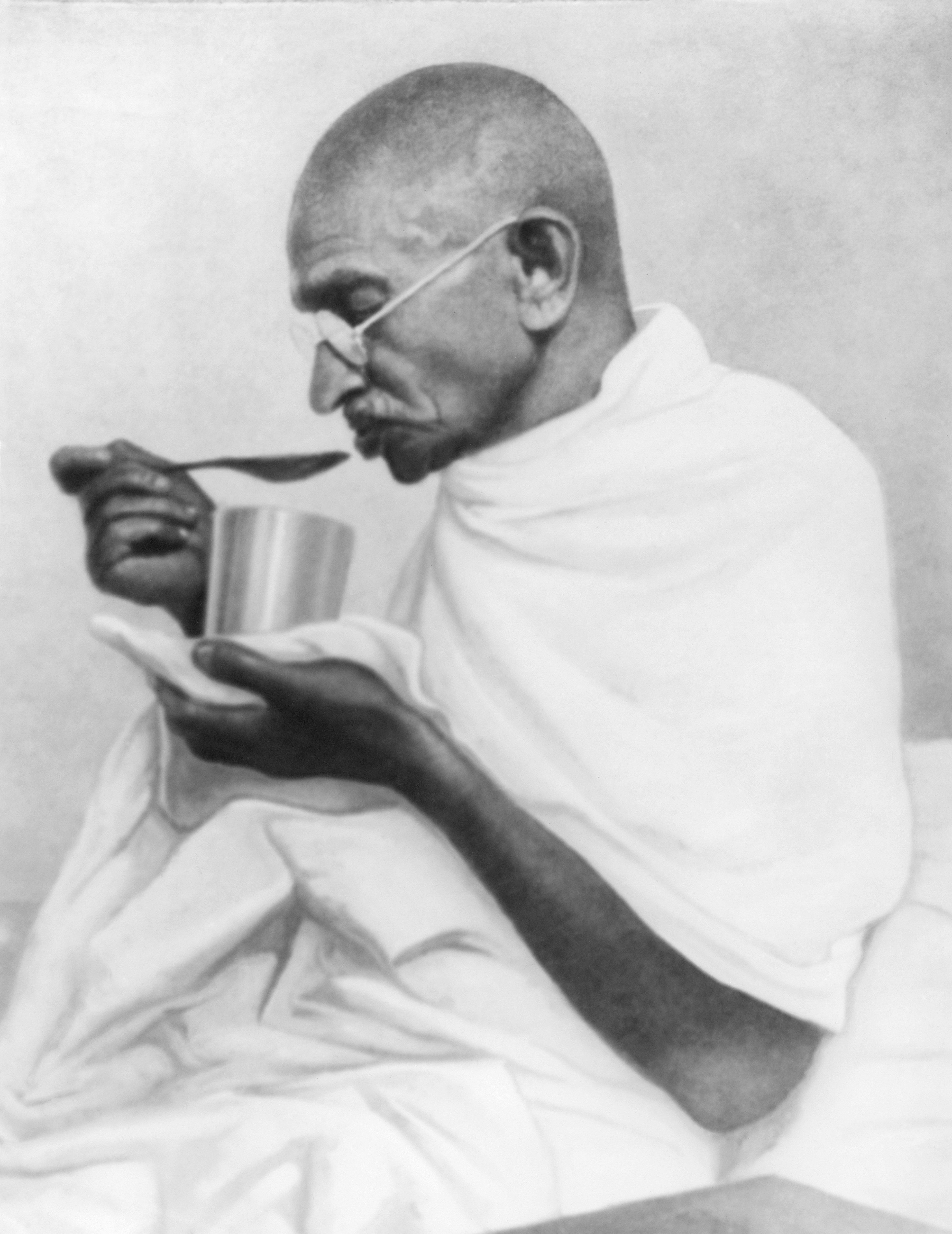 Mahatma Gandhi faz uma última refeição antes de jejuar no Rashtriyashala Ashram,...