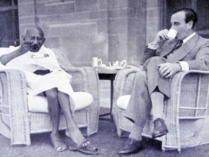 Gandhi eats breakfast with the viceroy of India, Lord Mountbatten, in 1947.