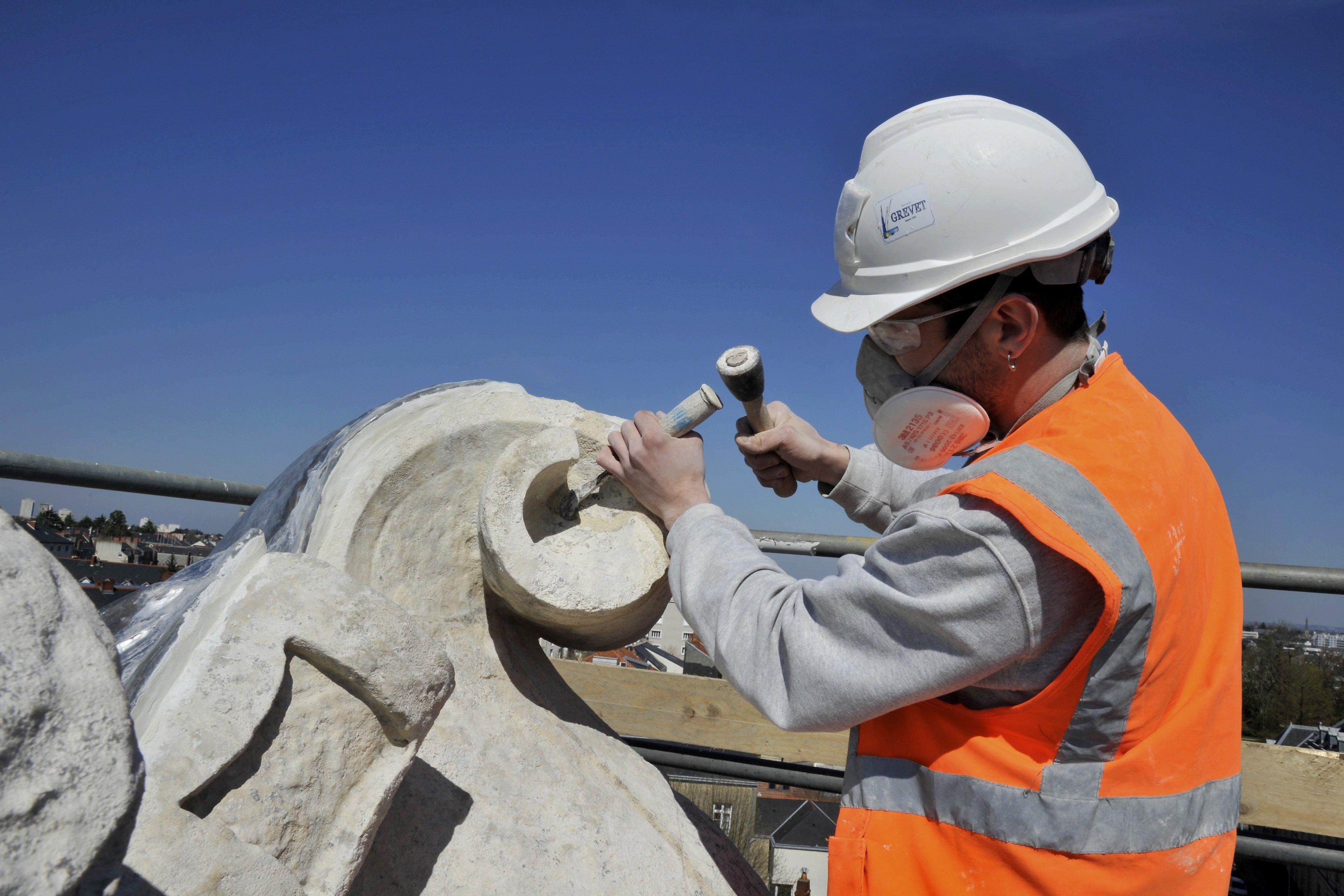 La France risque de manquer de tailleurs de pierre et de charpentiers pour reconstruire