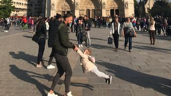 woman-searching-for-dad-and-daughter-in-touching-photo-taken-before-notre-dame-fire