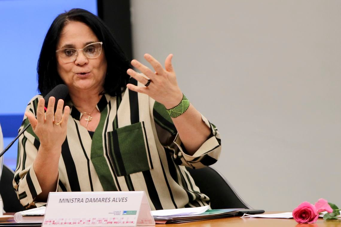 Mulher submissa no casamento é 'questão de fé', diz ministra Damares