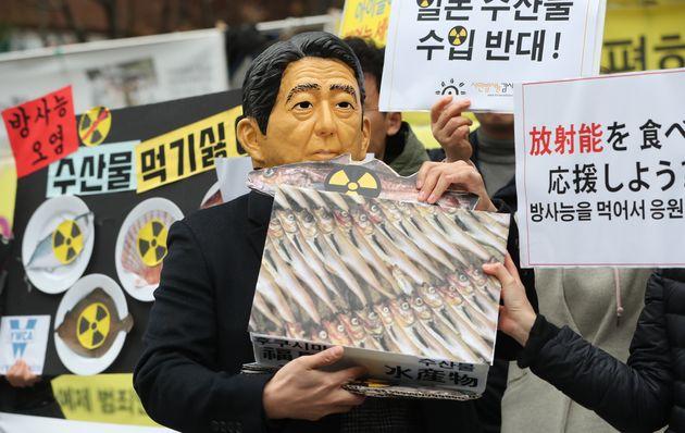 시민방사능감시센터 관계자들이 서울 종로구 옛 일본대사관 앞에서 열린 일본산 식품 수입규제·WTO패소 대응 촉구 기자회견에서 아베 신조 일본 총리의 후쿠시마 수산물 강요...