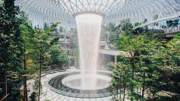 「ジュエル」の世界最長の屋内人工滝
