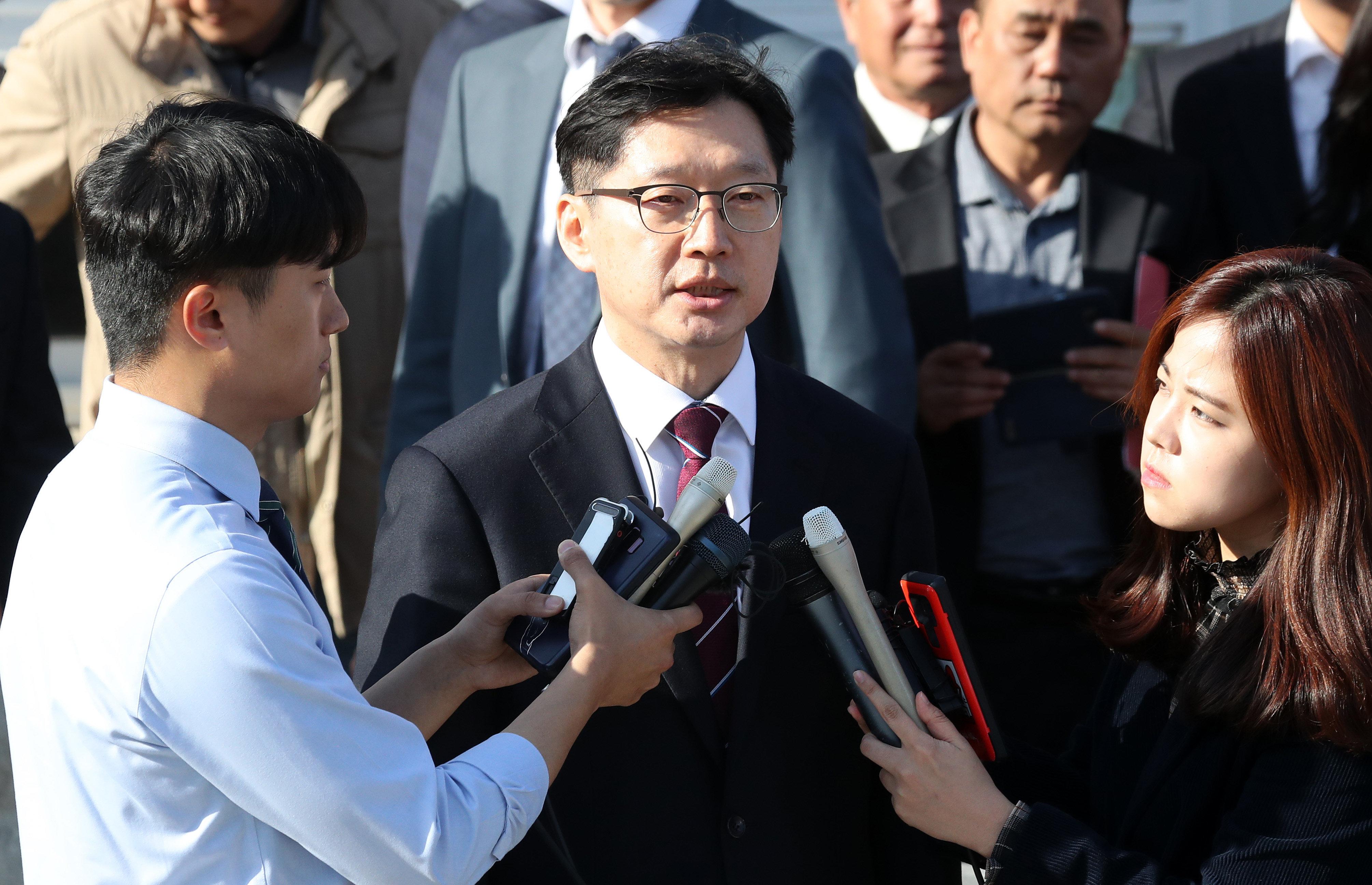 77일 만에 석방된 김경수 지사가 구치소 나서면서 한