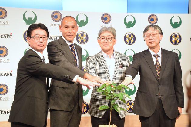 高原直泰さん(左から2人目)