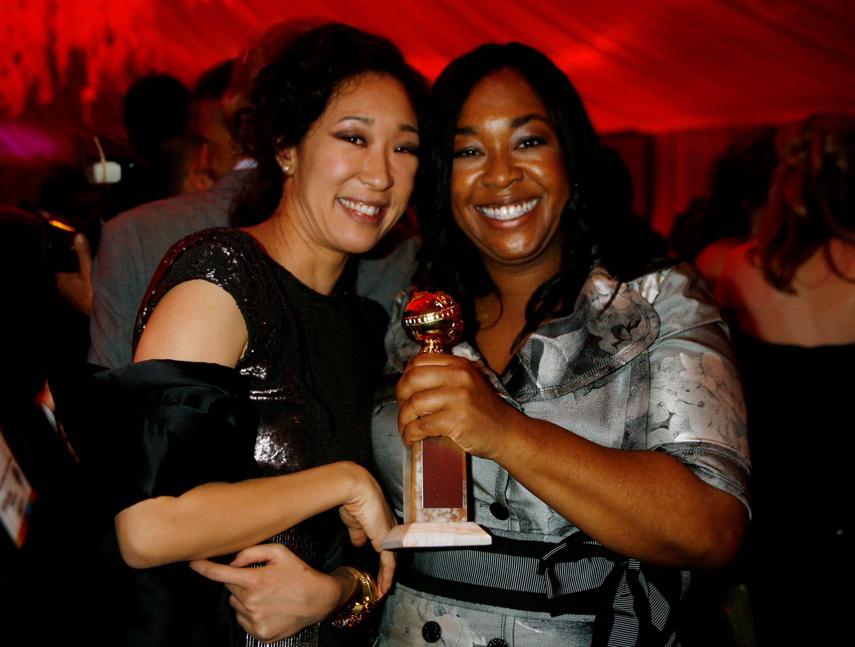 "Shonda Rhimes (R) creator and writer of the drama television series ""Grey's Anatomy"" poses with the Golden Globe she won as the series won best drama series, with cast member Sandra Oh at the InStyle/ Warner Bros. Golden Globes party in Beverly Hills, California January 15, 2007.   REUTERS/Fred Prouser                         (UNITED STATES)"